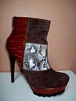 Ботинок на платформе и шпильке из натуральной кожи под рептилию и замшевыми вставками