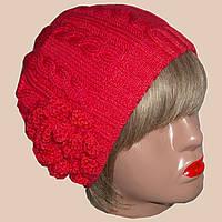 Вязаная женская шапка с цветком кораллового цвета