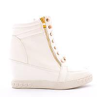 Модные белые сникерсы