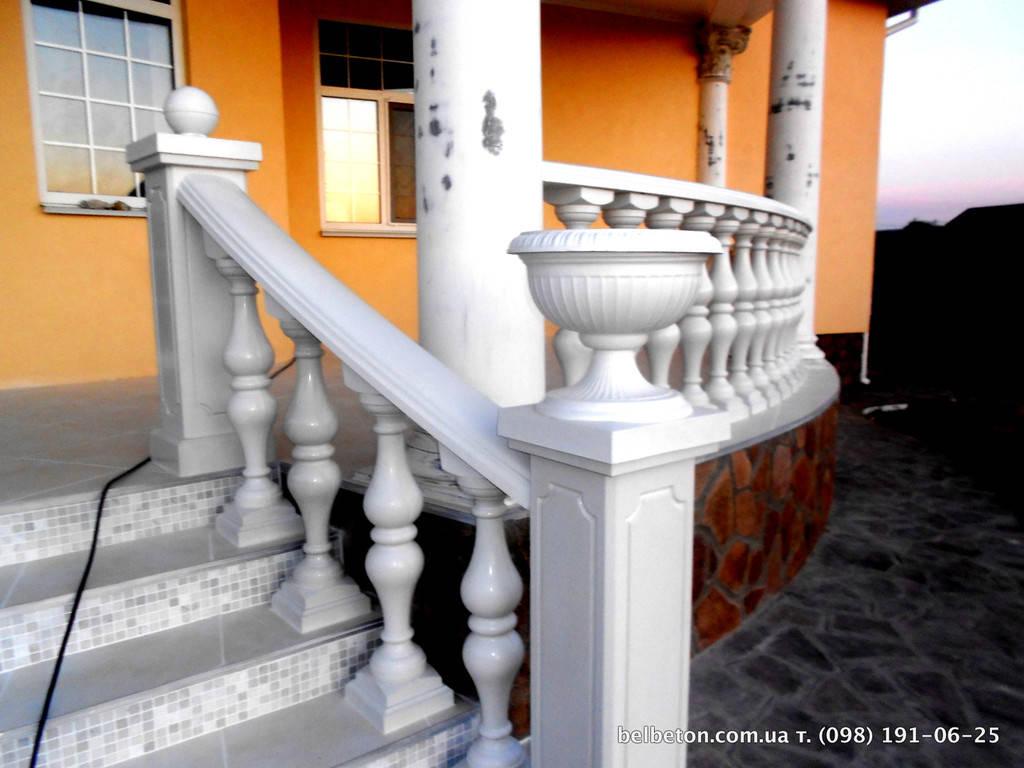 Балюстрада из искусственного мрамора (белая), симметричная балясина. Частный дом в Киеве.