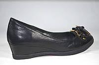 Кожаные женские туфли на танкетке Botto