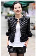 Стильная короткая кожаная куртка с мехом