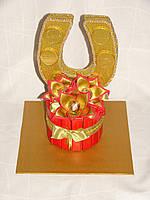 Подкова из конфет с 3 золотыми цветами