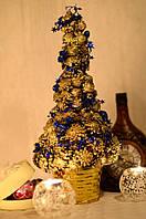 Елка из шишек золотая украшенная синим