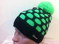 яркая двухцветная  шапка с бубоном ярко  зелёного цвета