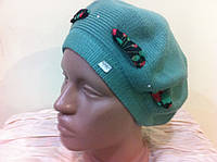 Молодежный зелёный берет с прошнурованной цветной лентой