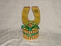 Золотая подкова из конфет с 1 цветком