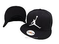 Чёрная кепка Jordan с белым логотипом