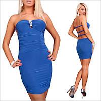 Синее платье-бандо с украшением.