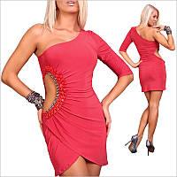 Красное платье на одно плечо.