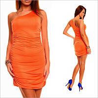 Оранжевое платье с ассиметричным верхом.