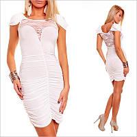 Белое платье с кружевом.