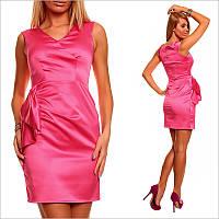 Розовое платье с V-образным вырезом.