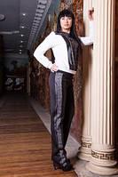 Стильный костюм в спортивном стиле с свободно сидящем свитшоте и с брюками полуприлегающего силуэта