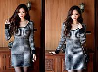 Женское платье с длинным рукавом.