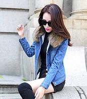 Стильная женская куртка с меховым воротником.