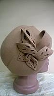 шляпка -берет фетровая из шерсти с высоким бортом  сбоку  красивая  композиция  цвет -св. бежевый.