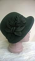 Модная  шляпа с асимметричными  полями украшенная цветочной композицией цвет зеленый