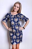 Платье полу приталенного силуэта из трикотажа.