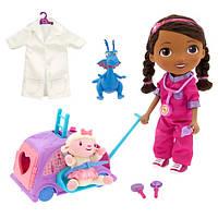 Говорящая и ходящая кукла Doc McStuffins Доктор Плюшева в наборе с чемоданом на колесах.