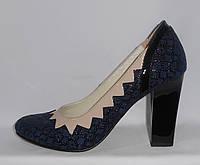 Туфли женские синие на высоком каблуке из натуральной кожи декорированые бежевым и черным лаком в цветочек