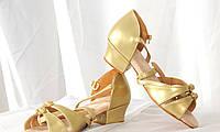 Бальные золотые туфли для девочек с пряжками