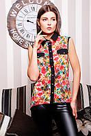 Легкая летняя блузка с цветочным рисунком.