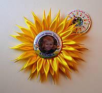 Значок с фотографией и розеткой Сонечко. Выпускные ленты