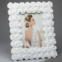 Белая фоторамка для свадебной фотографии  с розами