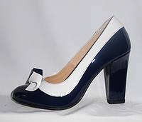 Синие женские туфли с белым кантом на каблуке из натуральной лакированной кожи