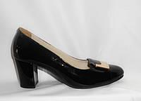 Женские туфли на среднем каблуке из натуральной лакированной кожи