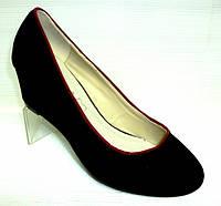 Черные замшевые туфли на средней танкетке