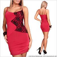 Красное платье с кружевными вставками