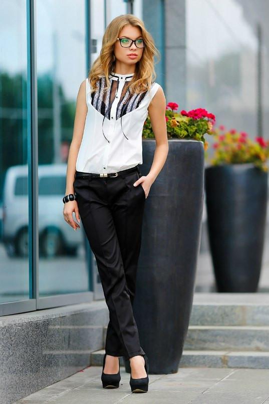 Белая блузка с черным кружевом