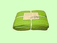 Яркий стильный вязанный плед травяного цвета.