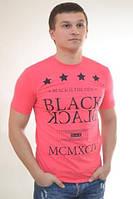 Яркая мужская футболка с надписью от производителя
