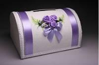 Свадебная казна в сиреневом цвете, украшенная симпатичным букетом