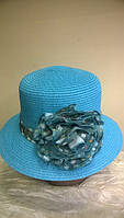 летняя шляпка модная и изящная  из рисовой соломки украшена шикарной розой.