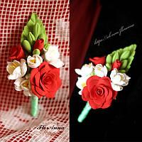 Бутоньерка для жениха или свидетеля ручной работы. Розы с фрезиями из полимерной глины