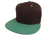Черная кепка с зеленым козырьком