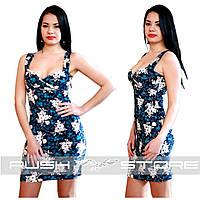 Летнее платье с цветочным принтом и декольте
