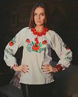 Женская вышитая сорочка с красиво собранной горловиной