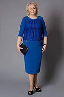 Красивое платье модного кроя декольте украшено жемчугом