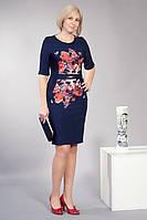 Элегантное женское платье в цветы с золотистым украшением на талии
