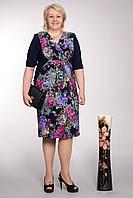 Нарядное батальное платье  в цветочный принт украшено цепочкой