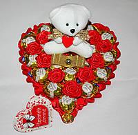 Сердечко из конфет с медвежонком