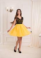 Яркое платье до колена с кружевным лифом