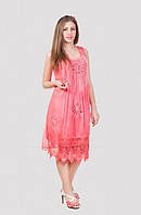 Красивое летнее платье  до колен спереди украшено кружевными вставками