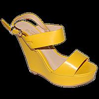 Желтые босоножки на платформе