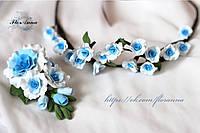 """Свадебный набор аксессуаров """"Бело-голубые розы"""" из полимерной глины: бутоньерка+веночек"""